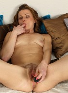 Horny Housewife Suzy Losson Toys Her Trimmed Pussy
